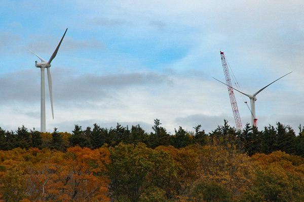 Windenergieanlagen werden im Wald errichtet (Symbolbild) | Quelle: Flickr Autor Mass. Office of Energy & Environmental Affairs / unter CC 20 Lizenz - beschnitten
